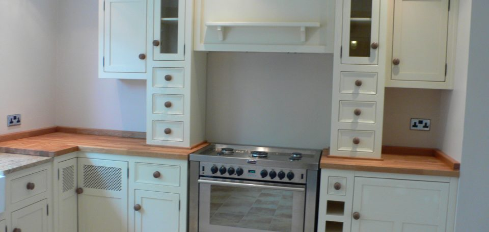 Gail 39 s cream cupboard and wall units surround cooker the for Cream kitchen wall units